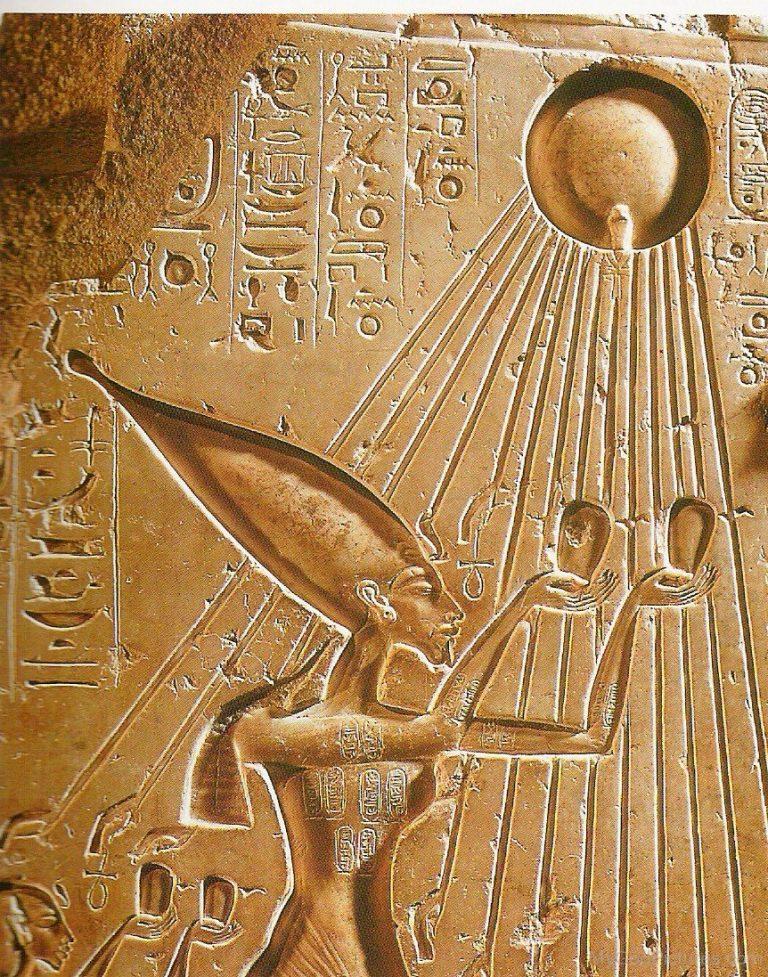 Akhenaton offre libagioni ad Aton, dentro di lui