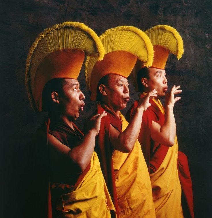 1 monaci tibetani impegnati ad intonare un mantra